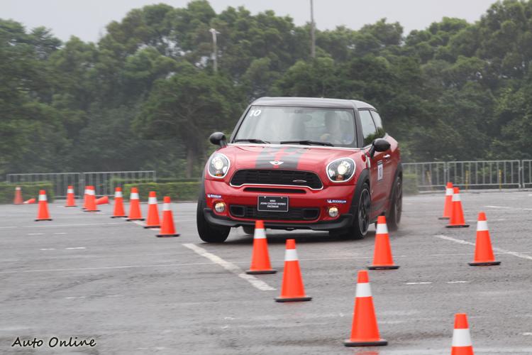 高速車道變換的訓練除了駕駛本身的反應力之外,對於車輛的底盤考驗也十分嚴苛。