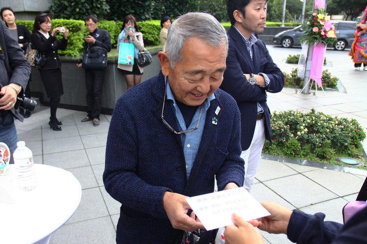 高齡72歲的老先生開著比他大15歲的汽車,逢人就熱情地贈送自製的感謝卡。