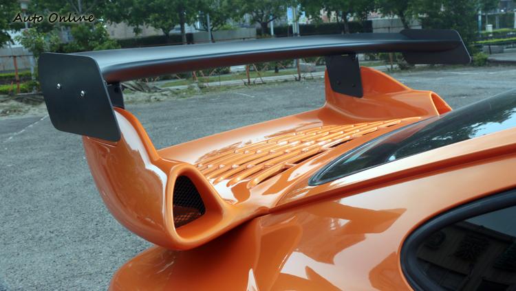 有點類似RS 3.8造型尾翼,經過RWB巧手呈現出更誇張的視覺暴力。