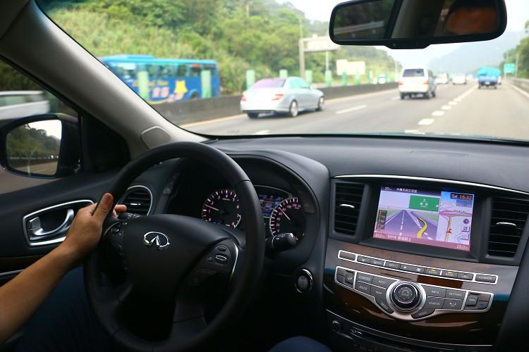 車頭DCA車距控制輔助系統與FCW前方撞擊警示系統,主動跟緊前車,隨著前車速度調整速度。
