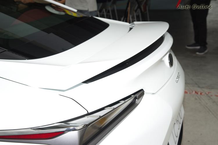 自動升起的隱藏式尾翼確保高速行駛時的抓地,讓動態更為穩定。