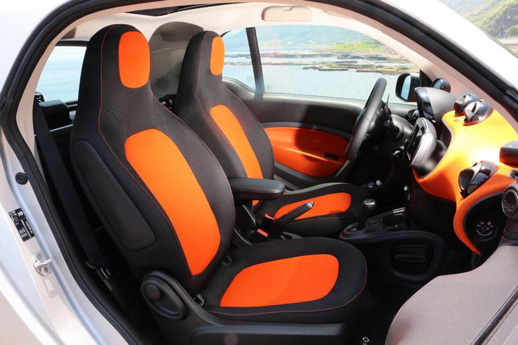 看似狹窄的座艙,coupe理念打造的車門開口極大,兩人使用也是綽綽有餘。