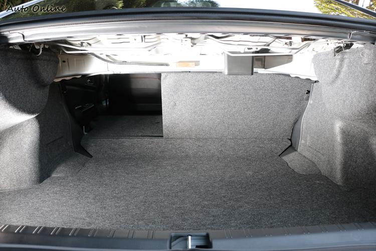 行李廂空間有460L的容積,後座椅背提供6/4分離功能,載物空間瞬間加大。