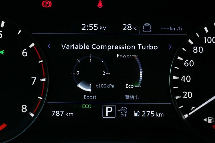引擎壓縮比在改變時,駕駛者或者乘坐者是毫無感覺,只能從前方儀表板看到電腦修正壓縮比的圖表。