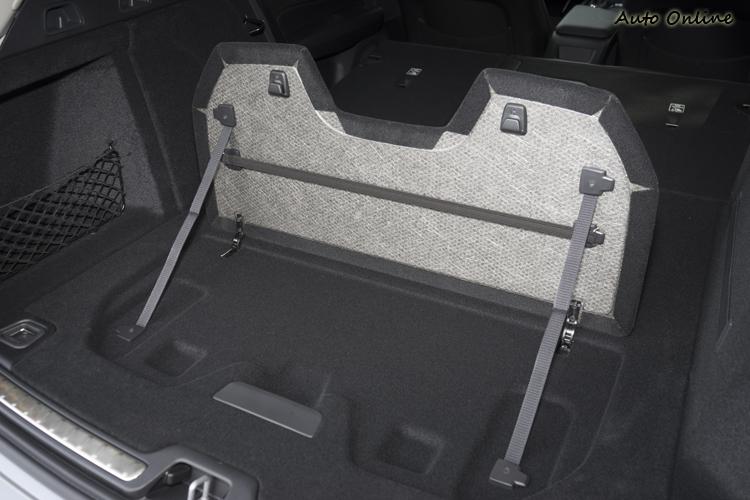 附掛勾的上掀式行李廂隔板。