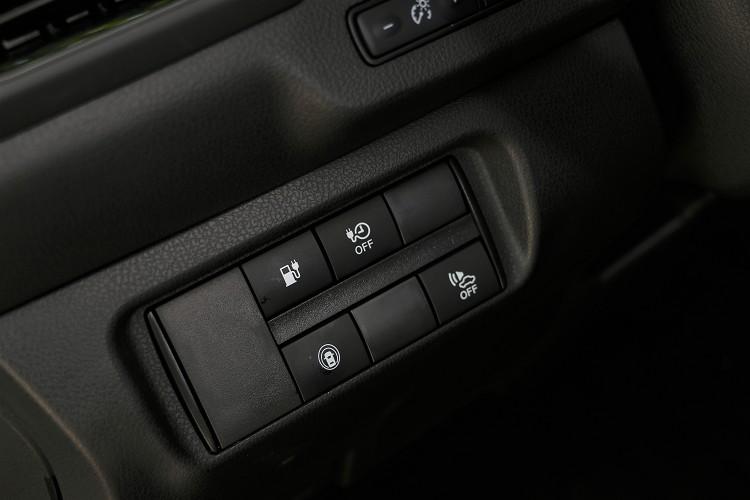 要開啟前方充電孔的開關在駕駛者左側。