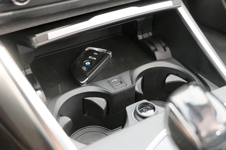 排檔桿前方有無線充電座,並有額外的一個USB店員插孔。