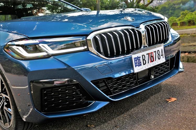 車頭兩邊頭燈組,內部LED日間行車燈改為L型,結合智慧LED頭燈具備主動轉向照明功能,帶來更銳利的車頭扮相。