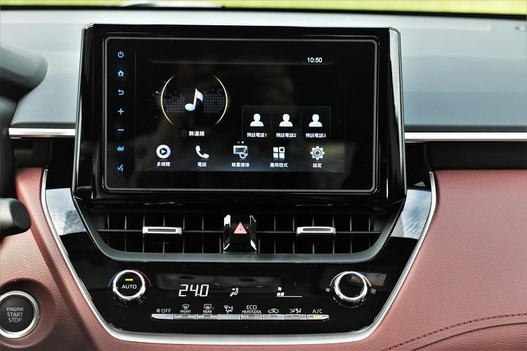 中控台上面標準配備8吋觸控螢幕,操作起來流暢度還不錯。