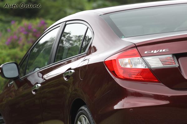 車尾的視覺重心比以往更高,更緊湊的車身卻失去了以往的運動風格。