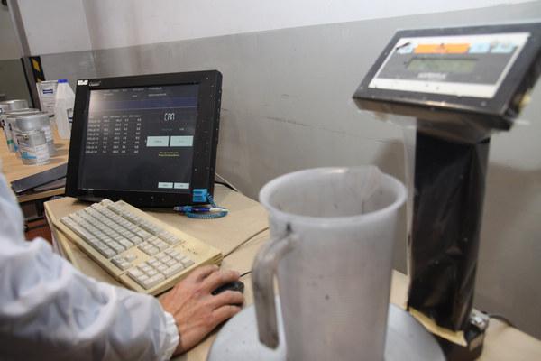一系列色漆編號排序,電腦會列出所需的成份,只需要挑出來依照規定比例混合即可。