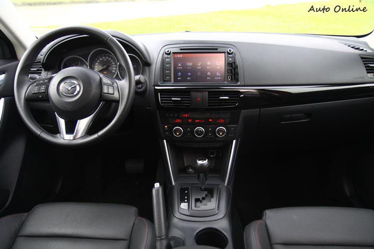 CX-5中弄台上已經大幅減少按鍵的配置,但整體仍不脫日系車廠的風格。