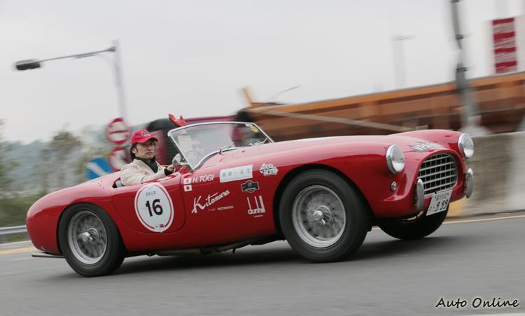 日本知名藝人東儀秀樹也是RALLY NIPPON成員,駕駛AC ACE小跑車帥氣奔馳。
