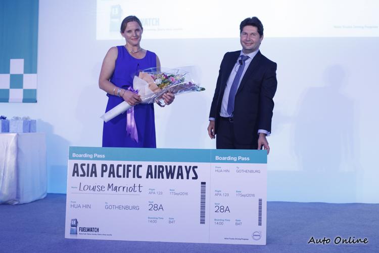 Volvo Trucks Asia Oceania總裁Christophe Martin頒獎給有史以來第一位女性冠軍Ms. Louise Marriott。