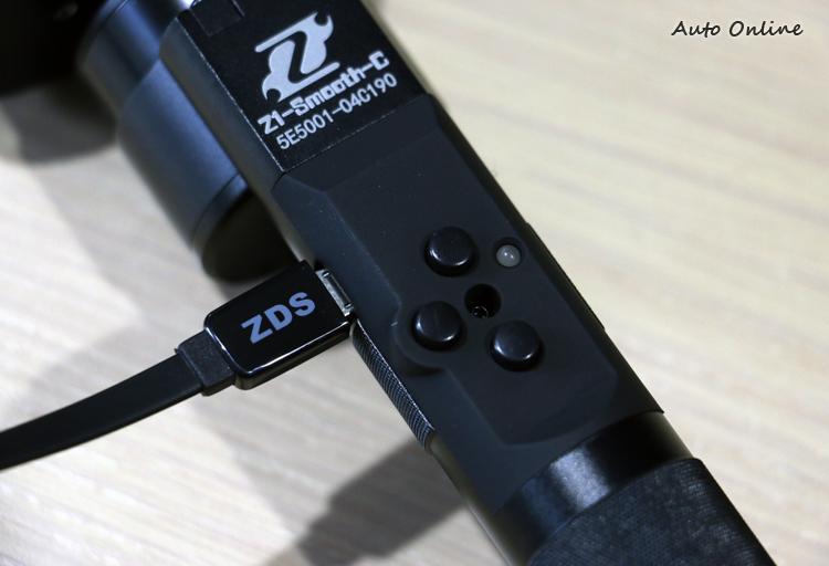 所有系列的把手左側都有Micro USB的插槽,可供更新與調校使用。