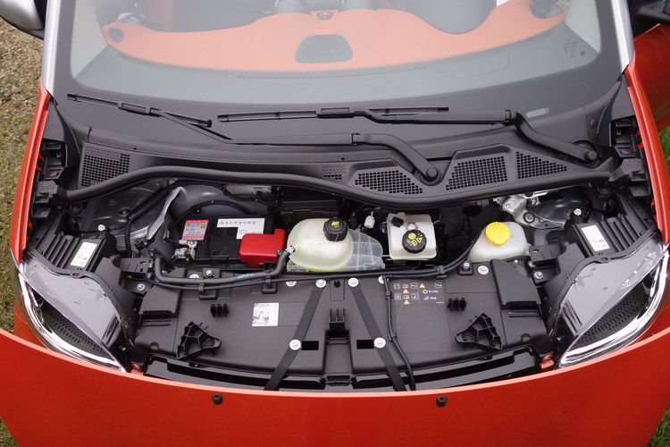打開車頭前蓋,只能進行基本的油、水、電保養,因為它的引擎是放在車尾。