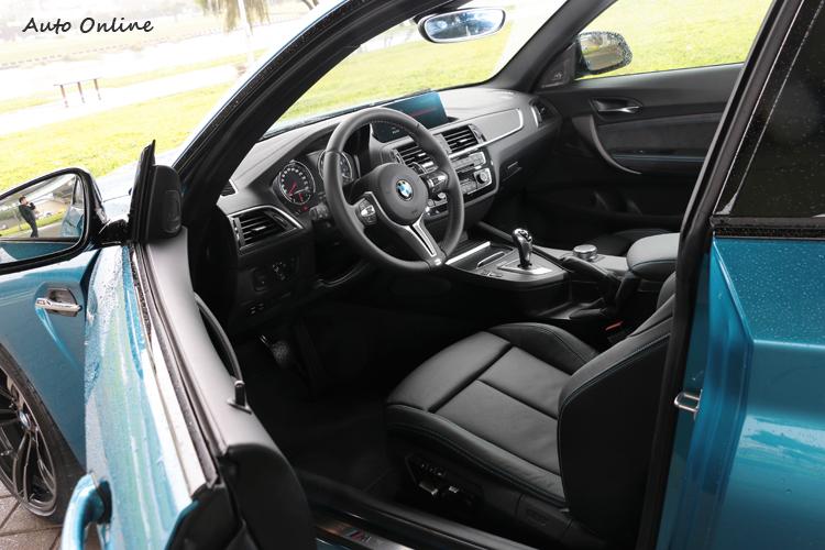 進到車內,大致的裝扮與一般BMW無太大差異,不像外觀有非常顯著的不同。