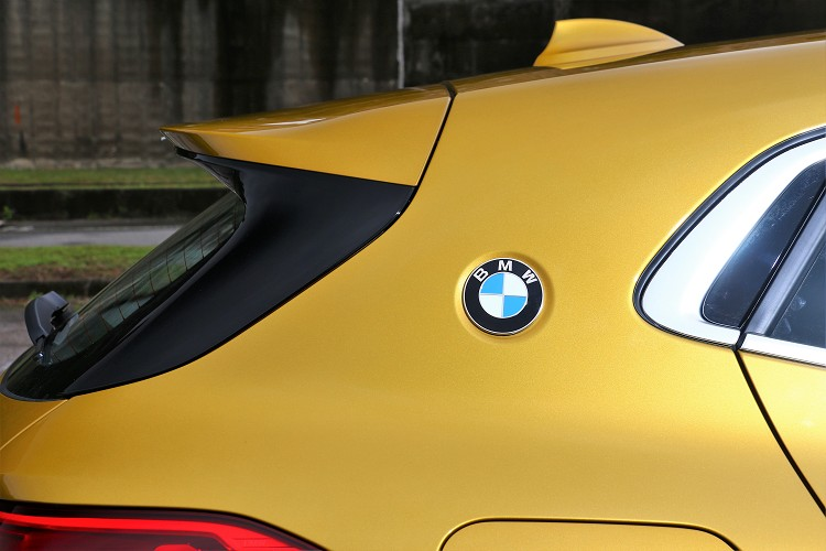 C柱上方的BMW徽飾,正式向經典傳奇BMW 3.0 CSL Coupe的賽道跑格血統致上最崇高的敬意。