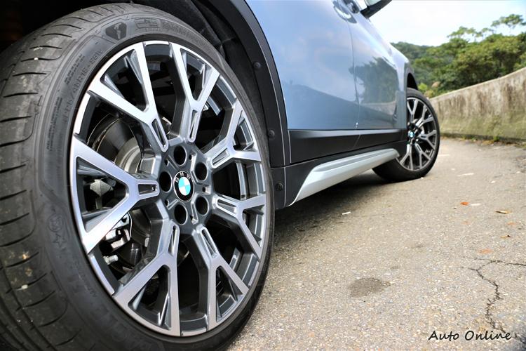 選配19吋Y輻式鋁圈,標準配備搭載的是18吋規格。