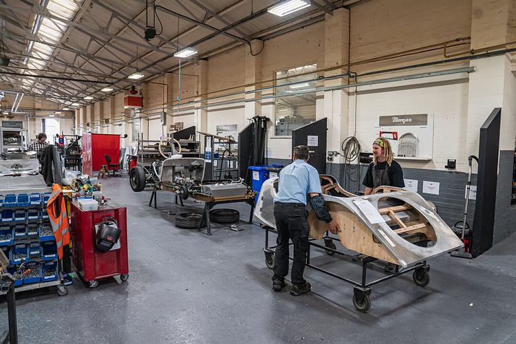 Morgan技師正以手工方式為底盤與車身進行組裝。
