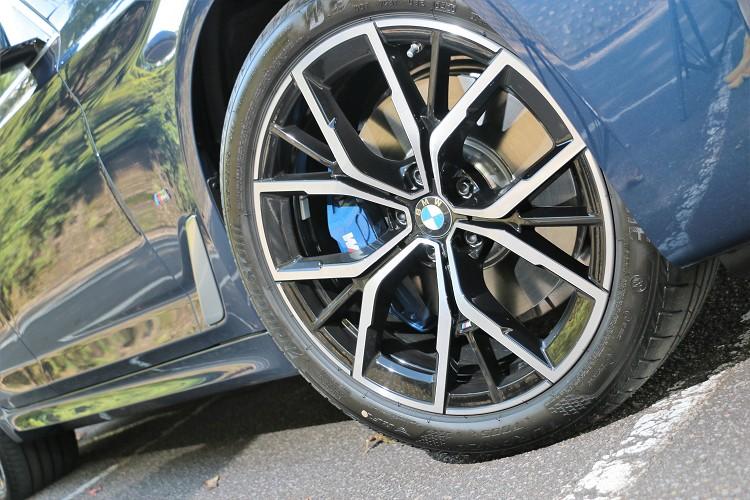19吋M款Y輻式鋁圈,內部則有M款煞車卡鉗,帶來絕佳的制動效果。