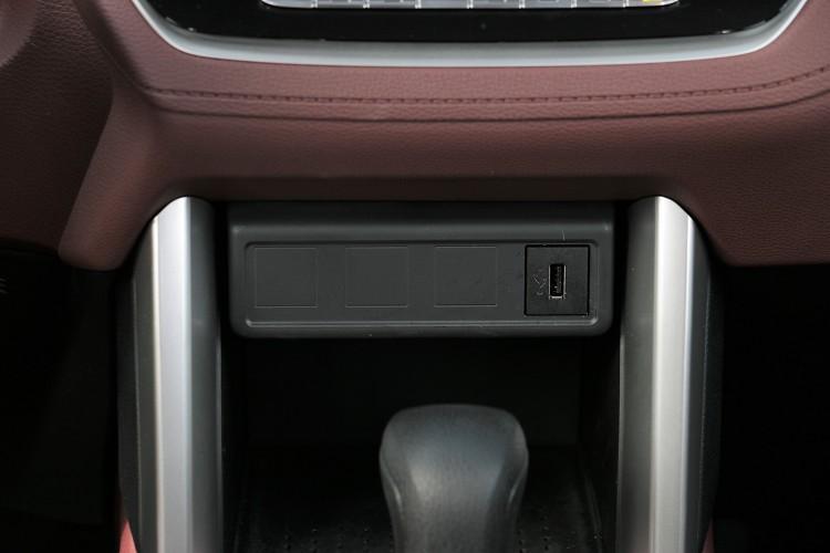 排檔桿前方配置一個USB插孔。