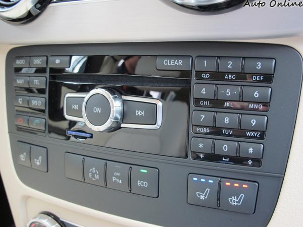 音響系統旁仍保留電話播號鍵盤,甚至還有SD記憶卡插槽,可讀取mp3音樂與專輯圖檔。