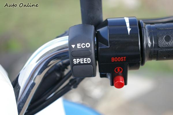 和汽油機車類似的操作方法,容易上手是電動機車受歡迎的原因,紅色「Boost」鈕不是讓你拿來街頭對決的,它只能用來短暫提高車速,為了避免過熱,很快就會自動解除。