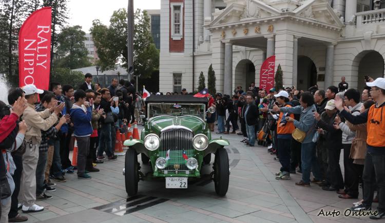 所到之處都受到民眾給予熱情的回應,讓許多車隊成員相當感動。