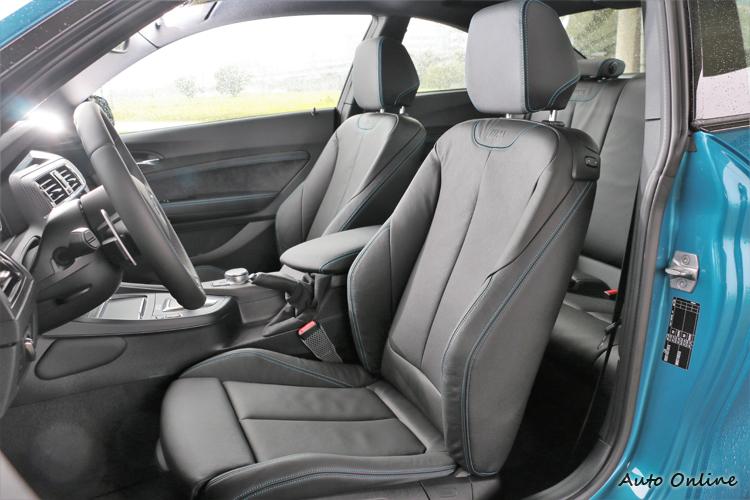 新搭載類賽車桶椅設計的M款雙前座電動座椅則提供絕佳支撐。