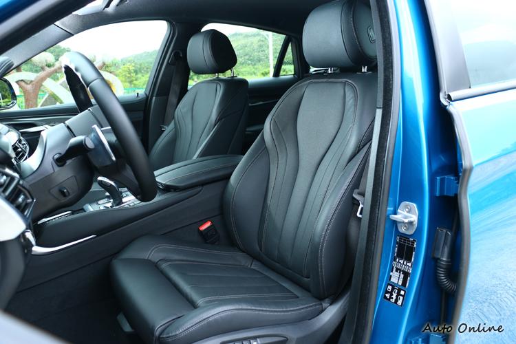 跑車化座椅得到不錯的包覆性,有別於休旅車的駕馭感受。