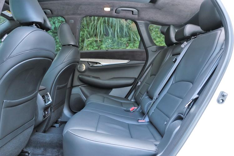 後座座椅可前後滑移以及角度調整,輕鬆調至最舒適位置。