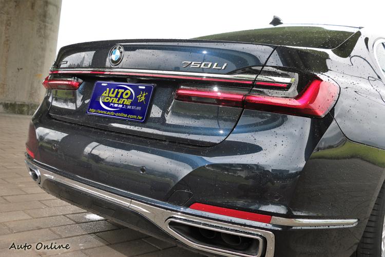 車尾部分則以修長的貫穿式LED尾燈與水平鍍鉻飾條,勾勒細緻優雅背影,構築視覺亮點。