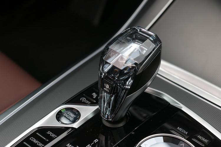 試駕車款只選配了價值六萬元的頂級水晶中控套件,幫助車室增添豪華質感。