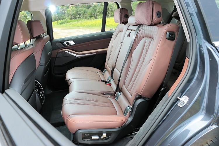 標準配置為七人座設定,第二排可左右獨立前後、椅背電動調整。