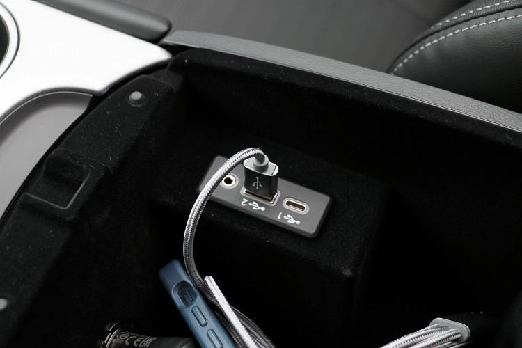 中央扶手內有USB與Type-C充電插孔。