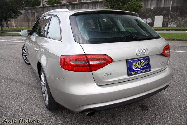 後尾燈導入LED導光技術尾燈,讓車尾突顯出時代的科技感;多了一廂的A4 Avant造型並不影響原本A4帶給人的都會時尚感,反而在車身比例上有另一種特殊感覺。