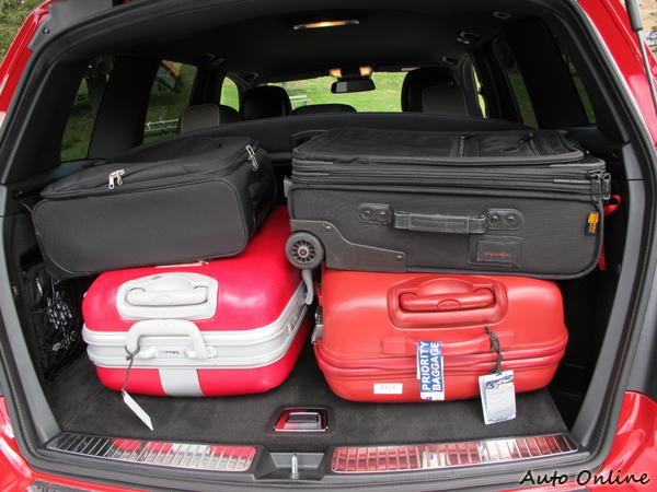 四米五的車長使GLK的行李廂空間並不算大,剛好可放四人份行李。