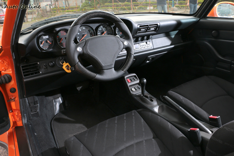 內裝維持原廠設定,車主只更換RUF附換檔撥片方向盤。