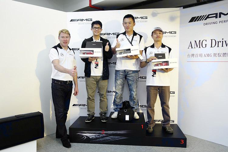 繞錐競賽前三名各獲得親筆簽名模型車乙台,以及Mika現場比讚合影的專利。