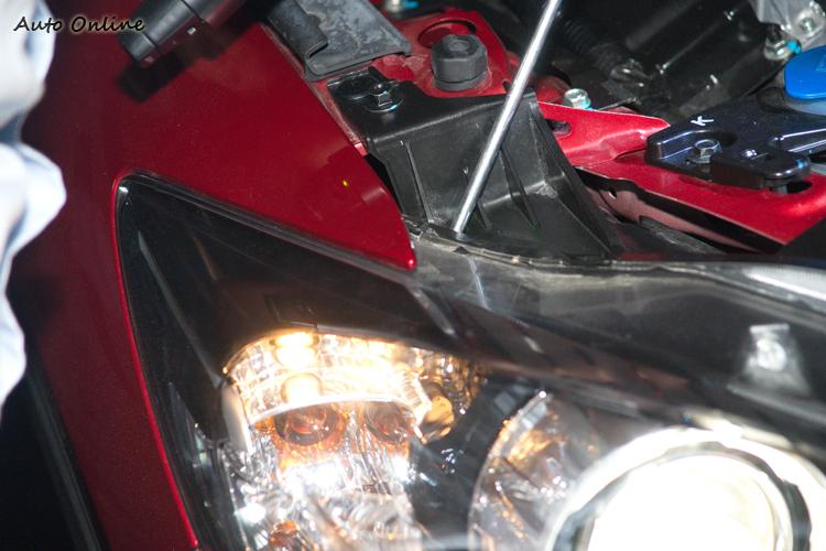 頭燈照射角度透過工具即可調整,不過一般不建議自行調整。