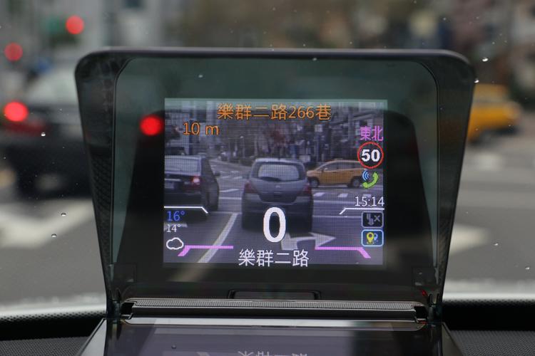 搭配行車紀錄器並將背景顯示實景的功能打開,即可在安全模式中開到行車畫面,實際試用其實有點影響駕駛。