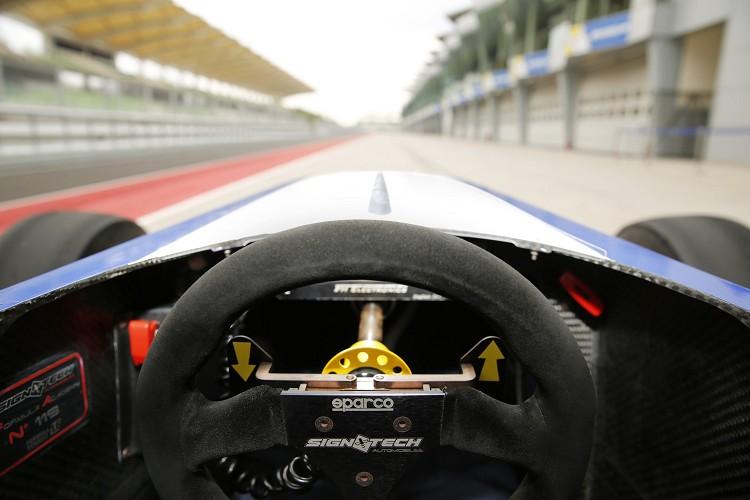 Formula 4駕駛呈現一個躺著的姿勢,整體的視野非常的不好,擁有強烈的戰鬥化氣息。