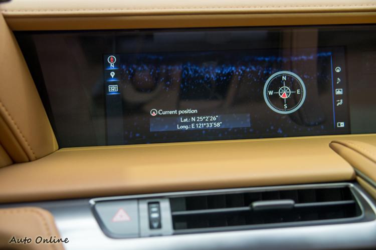 10.3吋數位顯示幕可以分割為左右畫面也可以自訂顯示項目。
