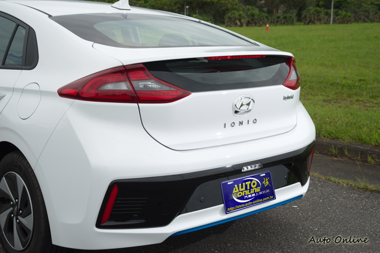 斜背尾門在車尾形成上揚尾翼並與LED尾燈相結合。