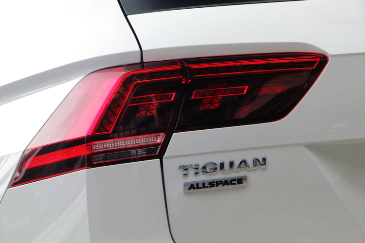 透過車尾配置的燻黑LED尾燈組附動態煞車警示燈,在街頭上輕易顯露出它的存在感。