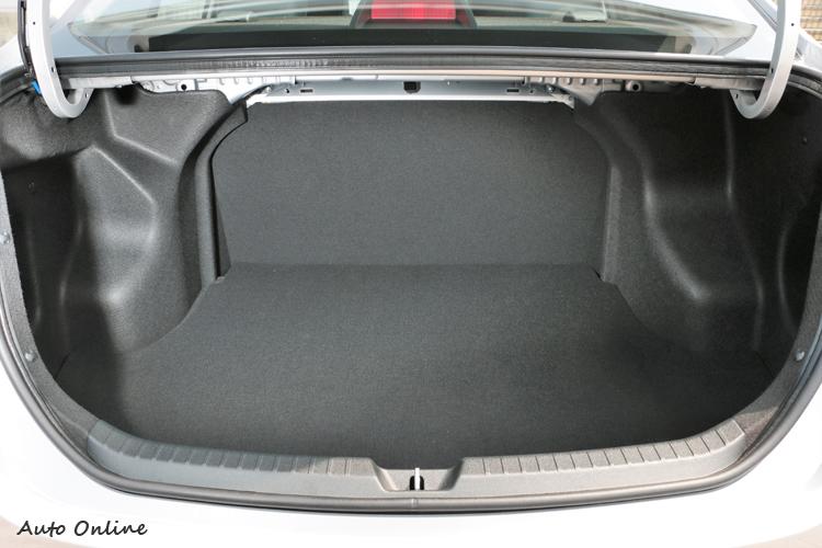 後車廂容積達到473公升,可惜後座椅背無法6/4分離傾倒。
