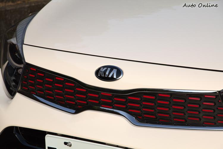 GT-Line外觀套件包括在虎鼻水箱罩加上紅色或銀色的襯底。