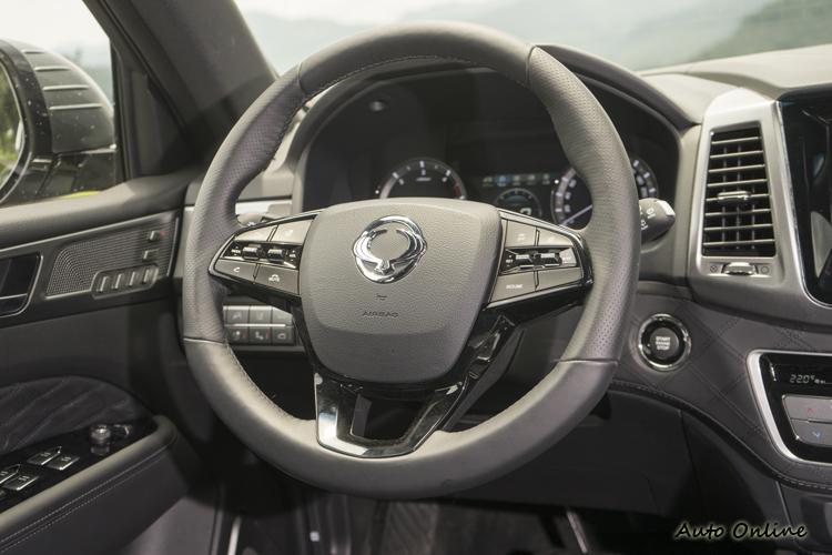 方向盤可操做定速、通話、加熱等功能。