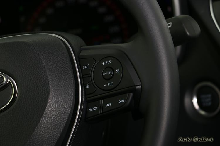 全速域主動式車距維持定速系統的操作介面都在方向盤右側。